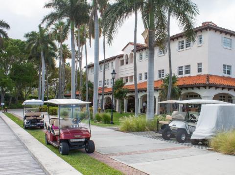 El carrito de golf es el medio de transporte preferido en Fisher Island.
