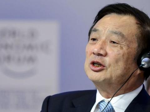 El fundador y CEO de Huawei, Ren Zhengfei, habla durante una conferencia en Davos