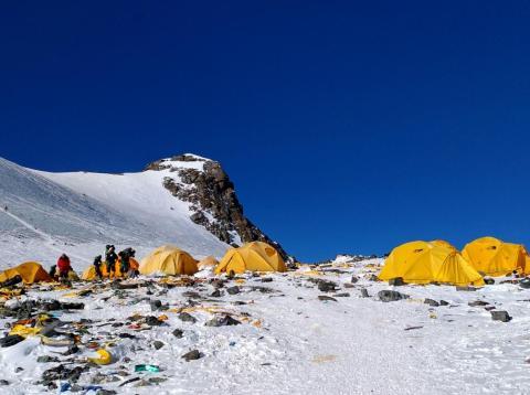 La mayoría de la gente desembolsa entre 55.000 y 60.000 euros por hacer cumbre en el Everest.
