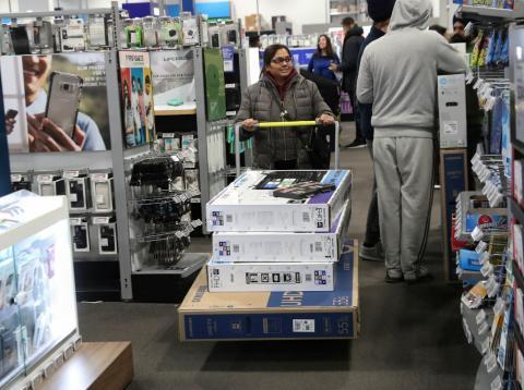 Una mujer compra varias televisiones en un Best Buy de Nueva York.