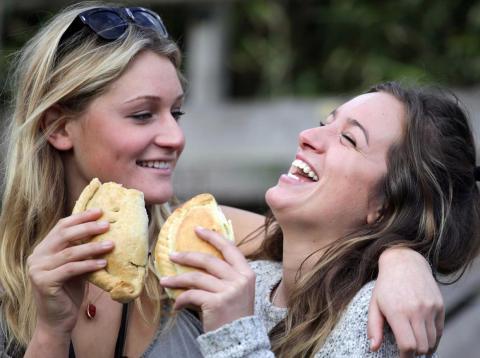 La gente se siente más atraída por aquellos que son similares a ellos. Esto se conoce como el efecto de similitud-atracción.