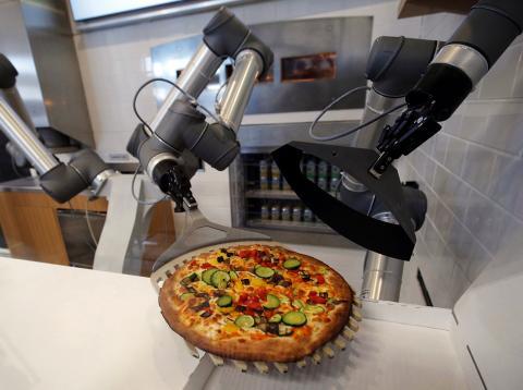 Un robot creado por una startup francesa crea una Pizza durante una demostración