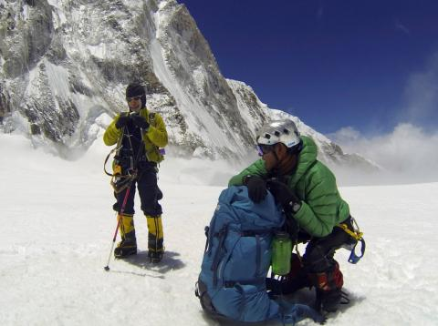 [RE] Sherpas nepalís descansan en su subida al Everest.