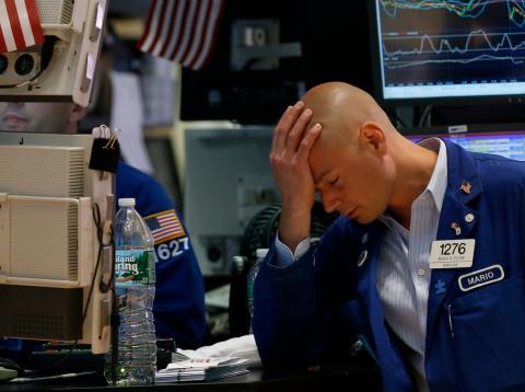 Un trader cabizbajo en Wall Street.