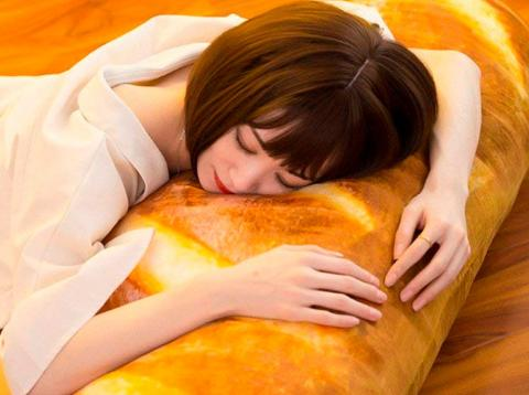 Amazon pone a la venta una almohada con forma de barra pan gigante