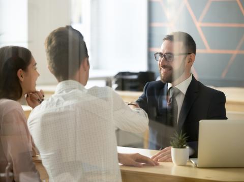 Asesor financiero conociendo a sus clientes