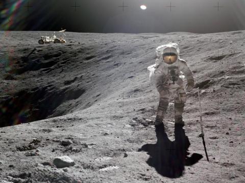 Charlie Duke posa junto al cráter Descartes de la Luna en 1972. Al fondo, un rover lunar.