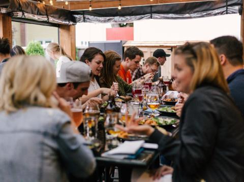 Un grupo de jóvenes comiendo en un restaurante