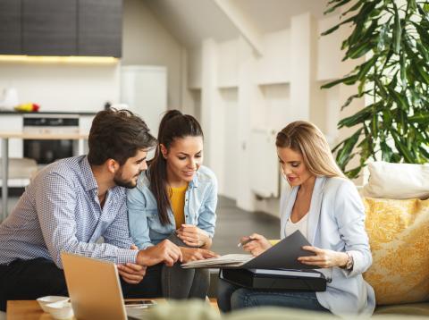 Un grupo de jóvenes planificando su ahorro