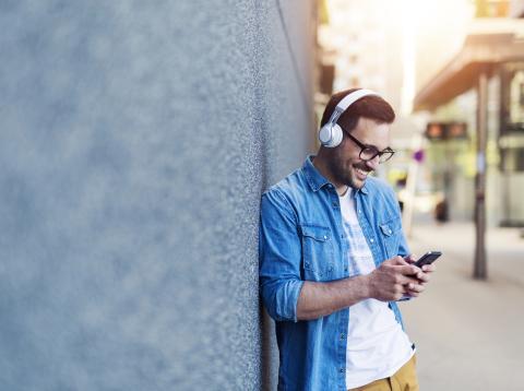 Hombre escuchando musica con el movil