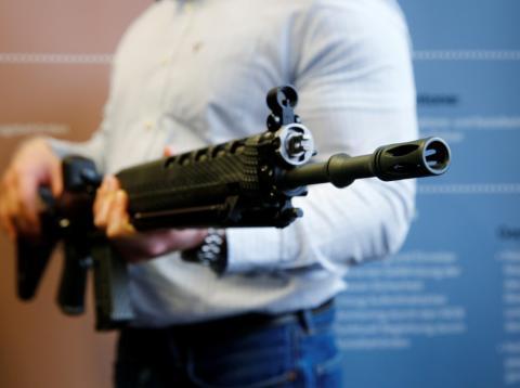 Hombre sujetando un rifle