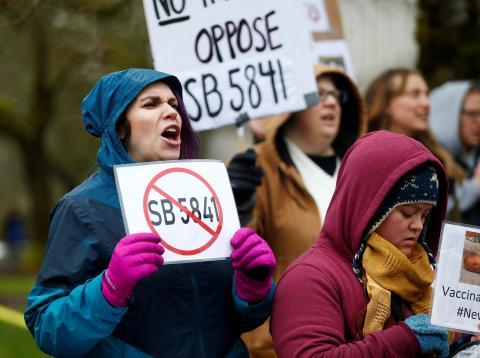 Una mujer se manifiesta contra las vacunas obligatorias en Olympia, Washington.