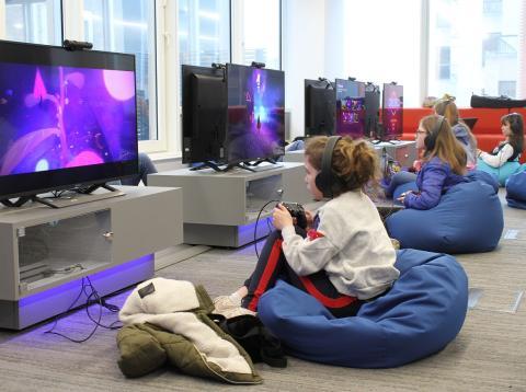 Una niña jugando a videojuegos.