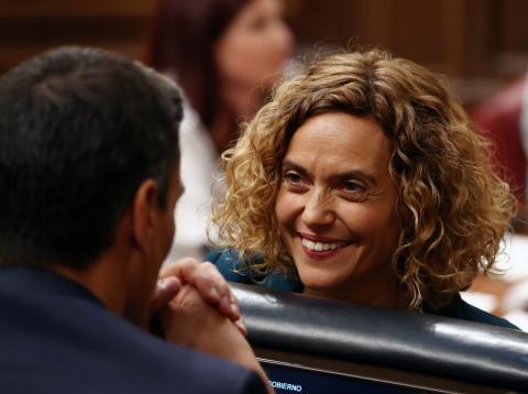 Pedro Sánchez habla con Meritxell Batet en una sesión del Congreso.