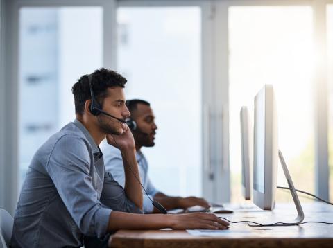Un teleoperador atiende una llamada en un call center
