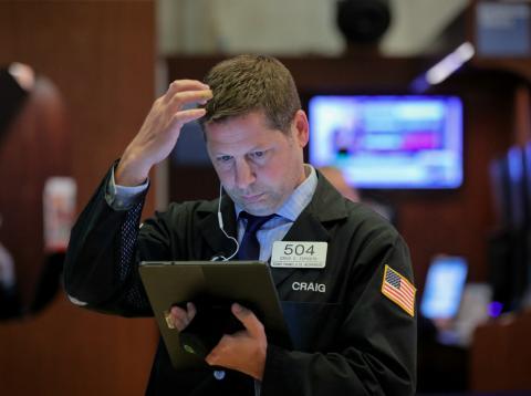 Trader en Wall Street observando con preocupación