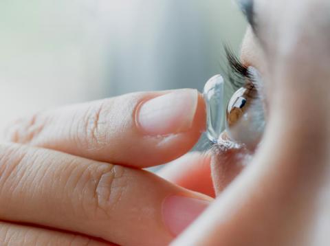Siempre quítate las lentillas antes de nadar, ducharte o irte a dormir, o te arriesgarás a sufrir una infección ocular grave.