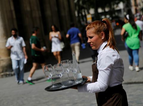 Una camarera con una bandeja en Sevilla.