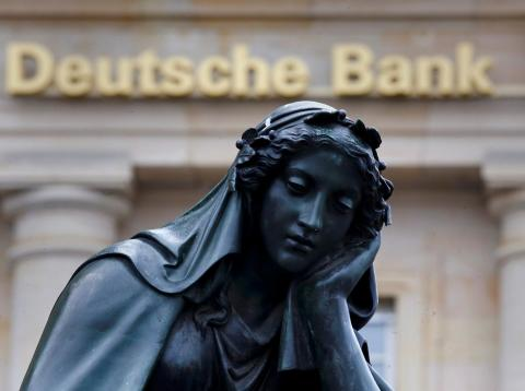 Una estatua ante la sede de Deutsche Bank
