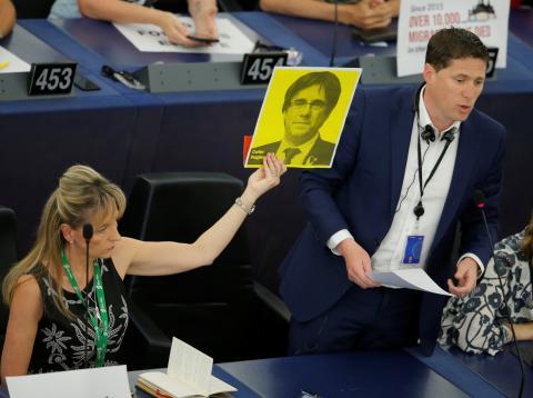 Una eurodiputada sostiene un retrato de Carles Puigdemont en la primera sesión del Parlamento Europeo.