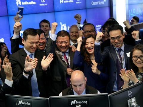 Un grupo de inversores alrededor de un trader.