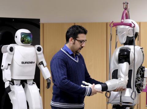 Un ingeniero trabaja en el androide Surena 3.