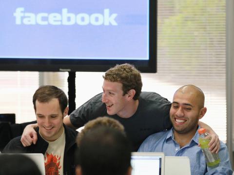 Mark Zuckerberg sonríe junto a sus empleados de Facebook