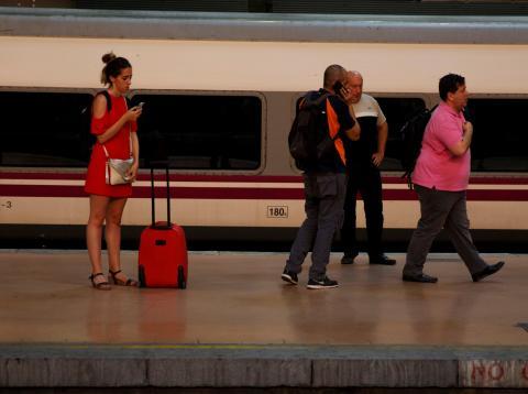 Una mujer espera un tren en Atocha (Madrid)