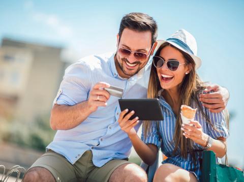Una paraje realiza una compra con su tarjeta de crédito