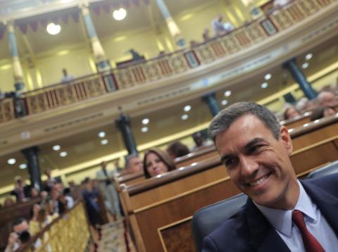 Pedro Sánchez sonríe en su escaño en el Congreso.