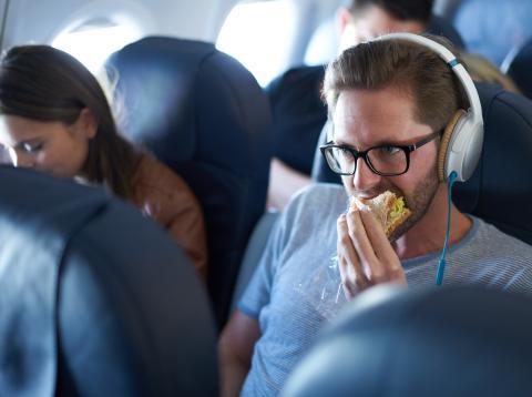 El ruido en los aviones hace que la comida sepa diferente