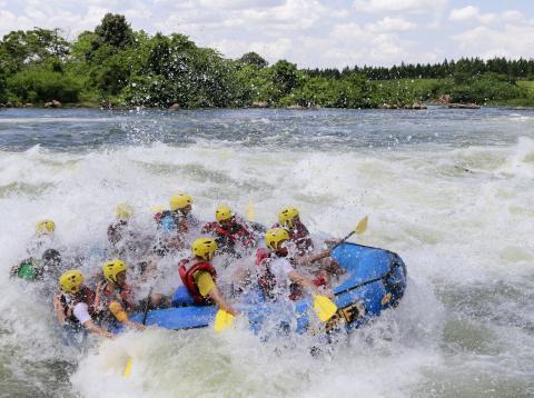 Turistas haciendo rafting en el río Nilo.