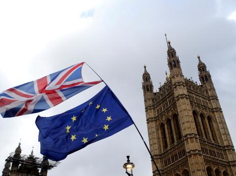 Bandera británica y europea frente al Parlamento
