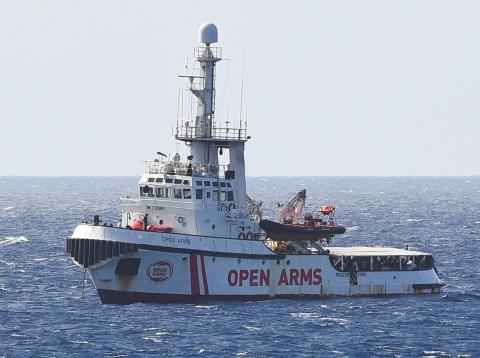 El barco de la ONG española Open Arms, frente a las costas de Lampedusa