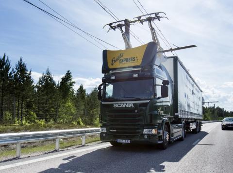 Un camión circula por una carretera electrificada, en Suecia