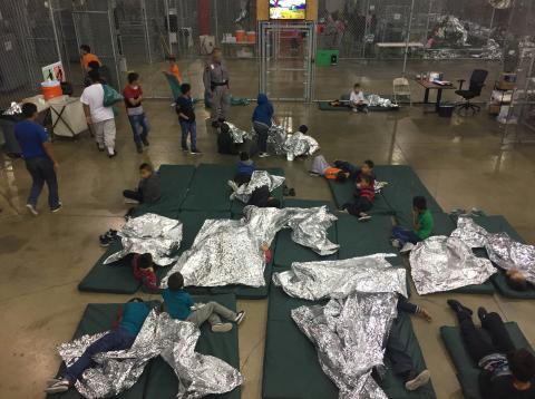 Varios niños recluidos en un centro de detención para menores inmigrantes indocumentados en EE.UU.