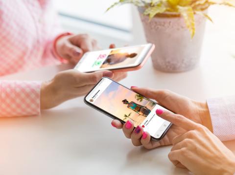 Chicas utilizando Instagram desde el móvil