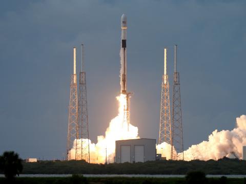 Un cohete despega de Cabo Cañaveral en Florida.