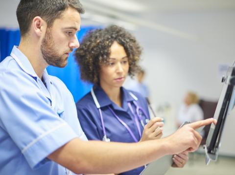 Dos enfermeros frente a una pantalla