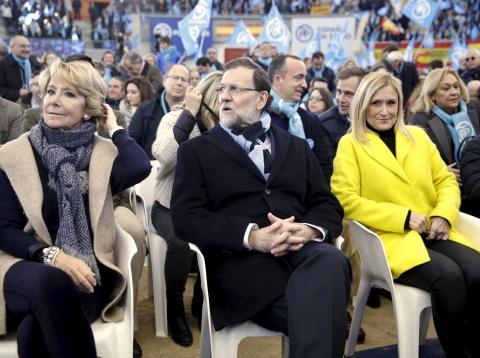 El expresidente del Gobierno, Mariano Rajoy, sentado entre Esperanza Aguirre y Cristina Cifuentes en un acto electoral de 2015.