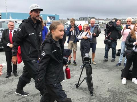 Greta Thunberg y su patrón Boris Herrmann en Plymouth, Inglaterra, poco antes de zarpar hacia América el 14 de agosto de 2019.