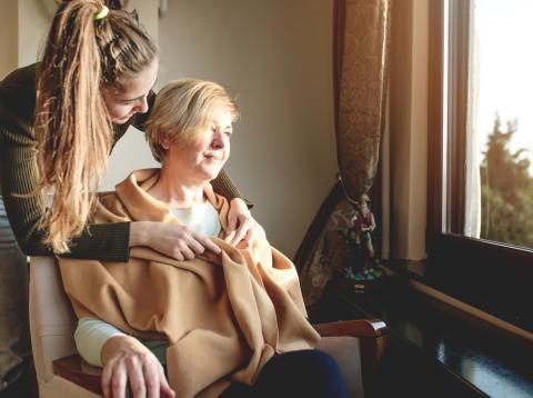Una hija atiende a su madre con alzhéimer.