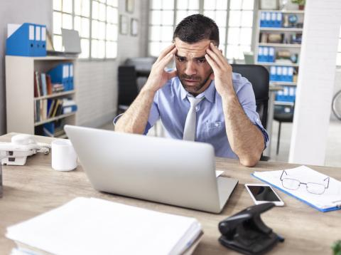 Hombre desesperado frente a un ordenador