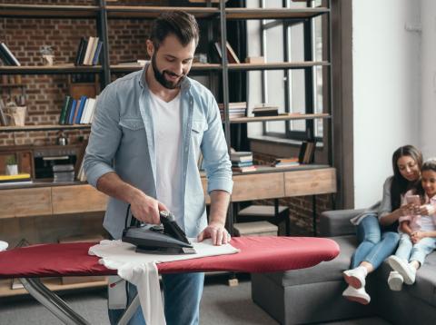 Hombre planchando la ropa