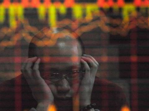 Un inversor chino mira preocupado la evolución de las bolsas