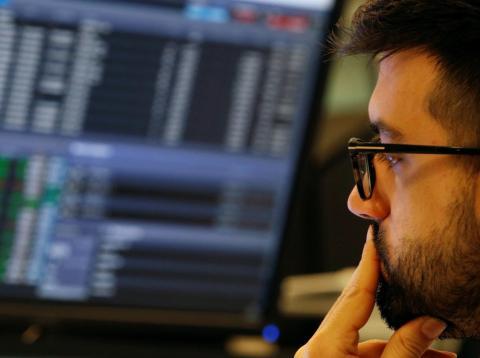 Un inversor preocupado ante el desempeño de las bolsas