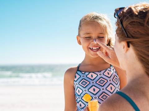 Llevas toda la vida echándote mal la crema de protección solar