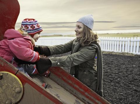 Madre jugando con su hija en el frío de Islandia
