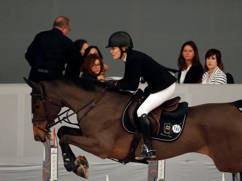 Marta Ortega salta con su caballo durante una competición hípica