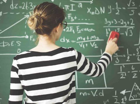 Una mujer haciendo matemáticas.